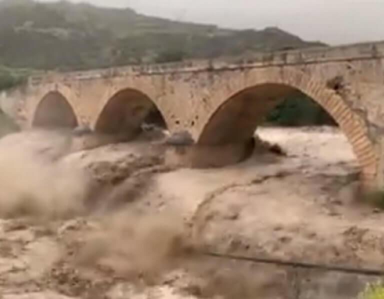 Κινδυνεύει η γέφυρα του Μύρτου! Απίστευτη η μανία του νερού! – video