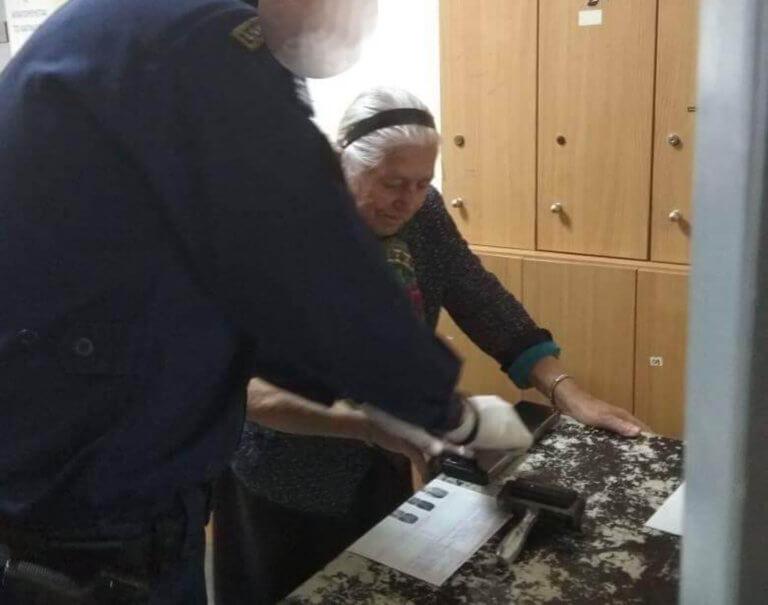 Πηγές ΑΑΔΕ: Δεν υπάρχει οριστικό πρόστιμο για την γιαγιά με τα τερλίκια