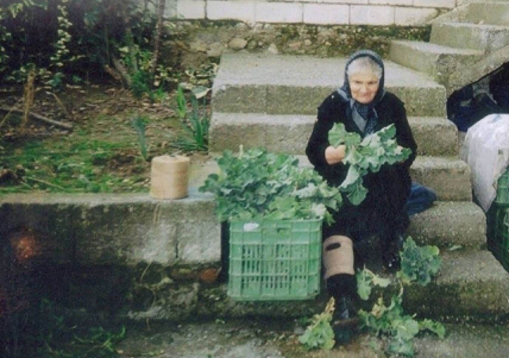 Στα δικαστήρια 82χρονη και άλλες δύο γιαγιάδες επειδή πούλαγαν χόρτα!