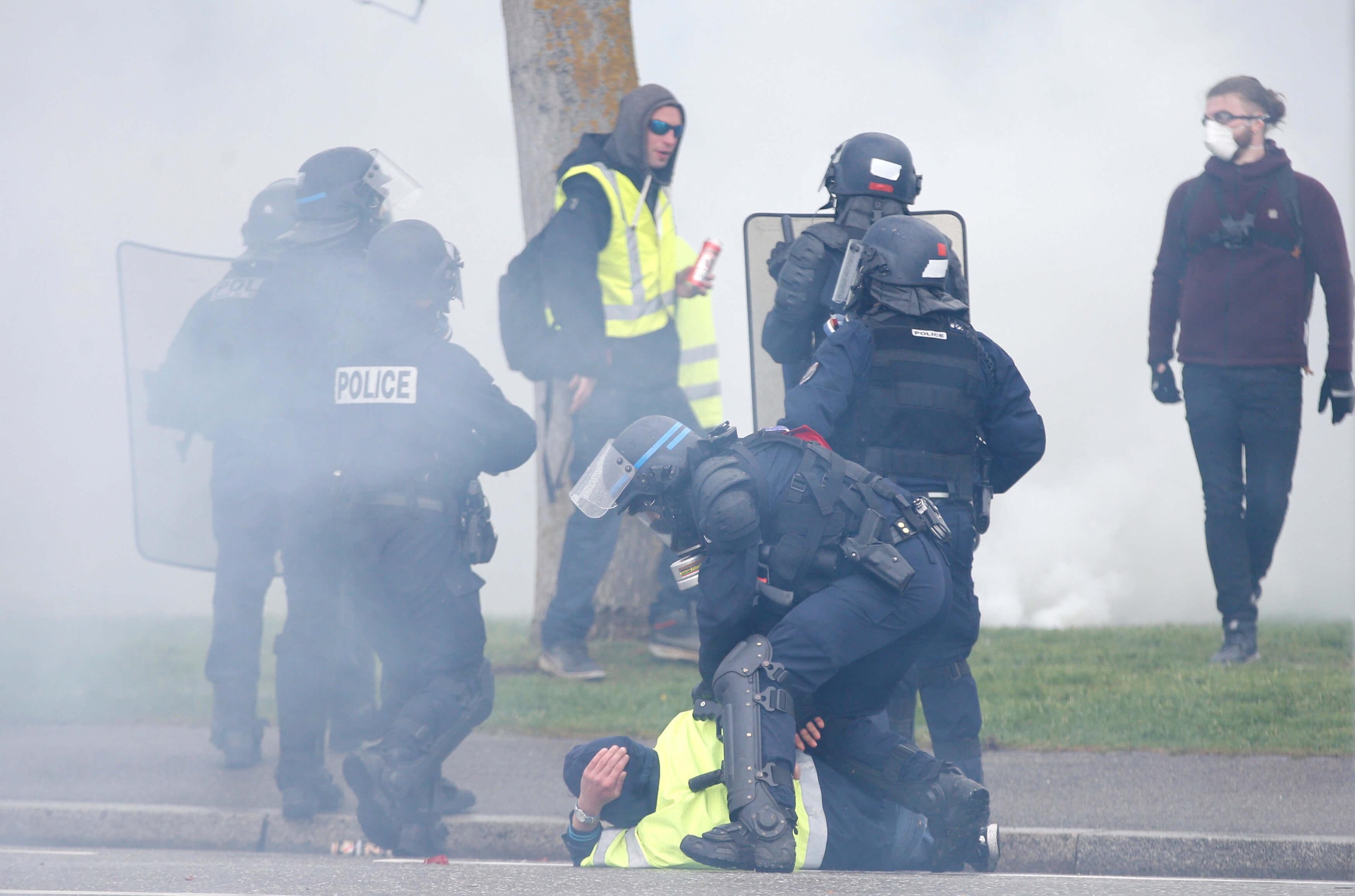 """Παρίσι: Ξεκινά η δίκη αστυνομικού για άσκηση βίας σε βάρος των """"κίτρινων γιλέκων"""""""