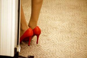 Κρήτη: «Έφερε τη γυναίκα του να δουλέψει σε οίκο ανοχής» – Ιερόδουλες αποκαλύπτουν στην κάμερα – video