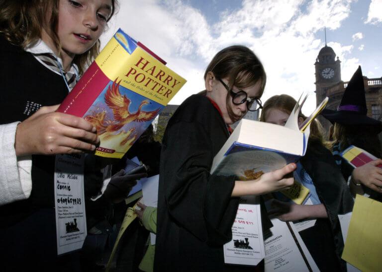 Αδιανόητο! Ιερείς έκαψαν βιβλία του Harry Potter για να… χτυπήσουν την μαγεία!