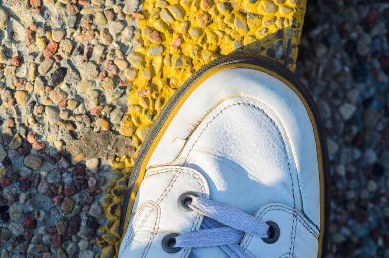 Πώς διορθώνονται οι ραγάδες στα παπούτσια – Το κόλπο που έχει γονατίσει το Twitter! [vid]
