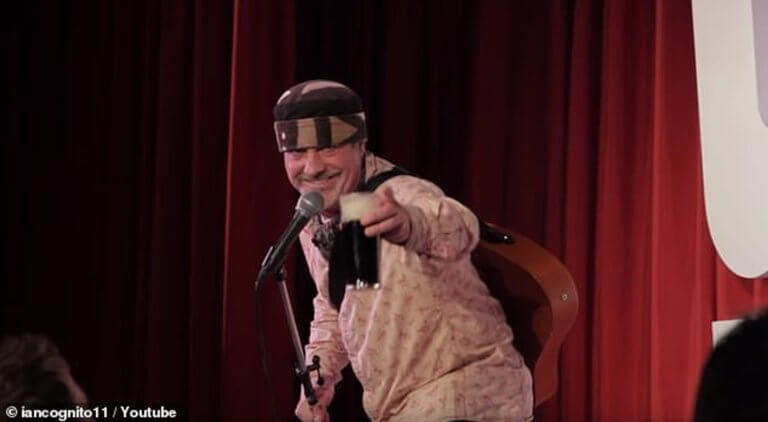 Διάσημος stand up comedian πέθανε πάνω στην σκηνή – Νόμιζαν ότι έκανε πλάκα! [video]