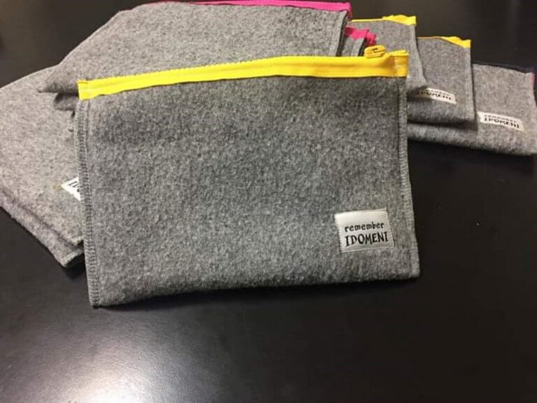 Από τις κουβέρτες στην Ειδομένη έφτιαξαν τσαντάκια και άλλα πολλά!