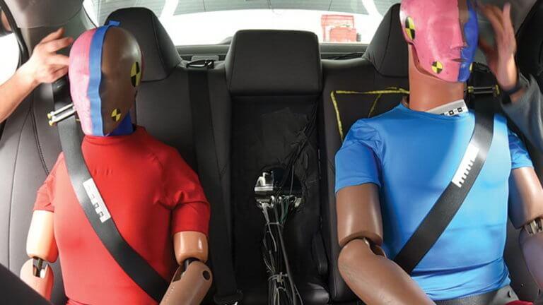 Οι πίσω επιβάτες είναι λιγότερο ασφαλείς από τους εμπρός, ακόμη κι όταν φορούν ζώνη!