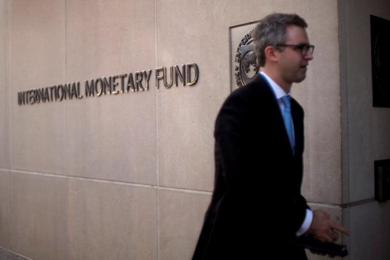 Το ΔΝΤ μένει … φεύγοντας – Συνεχίζει να συμμετέχει στην τρόικα και στους ελέγχους