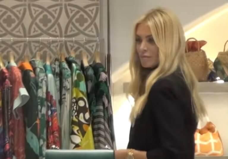 Μύκονος: Γύρισε και είδε την κάμερα να εστιάζει πάνω της – Η Κατερίνα Καινούργιου και τα ψώνια της – video