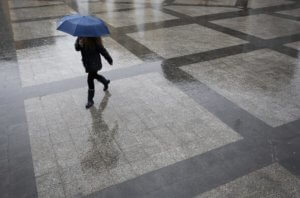 Καιρός σήμερα: Ανάσταση με βροχές και καταιγίδες – Πού χρειάζονται ομπρέλες με λαμπάδες!