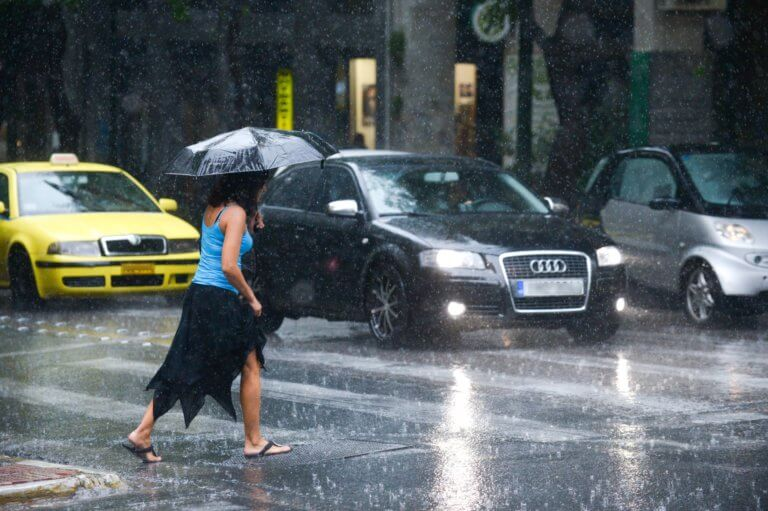 Καιρός αύριο: Βροχερή Δευτέρα – Καταιγίδες και πτώση της θερμοκρασίας