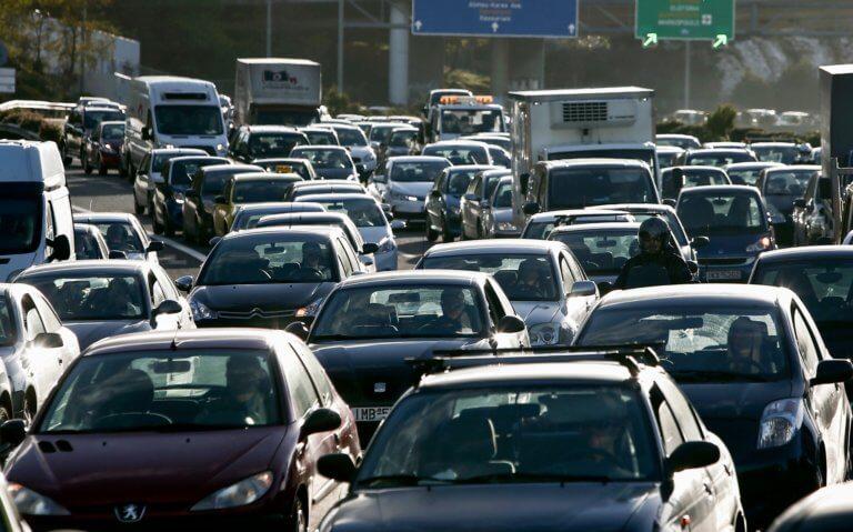 Κίνηση στους δρόμους: Ουρές σε λιμάνια, ΚΤΕΛ, τρένα και αεροδρόμια