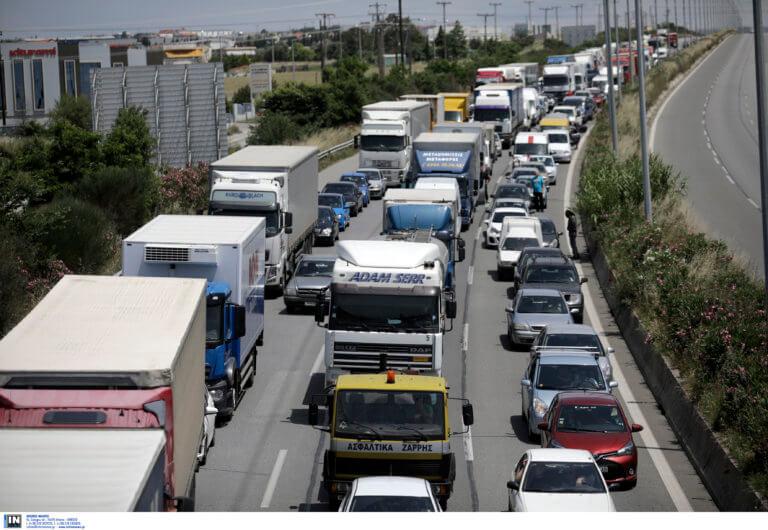 Όπου φύγει φύγει οι Αθηναίοι! Ουρές χιλιομέτρων στα διόδια Ελευσίνας – video