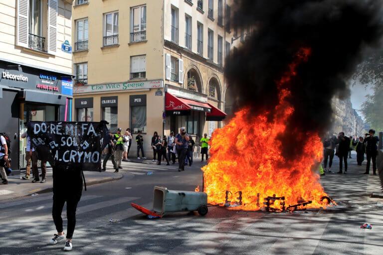 Κίτρινα γιλέκα: Πεδίο μάχης το Παρίσι – Συγκρούσεις με την αστυνομία [video, pics]