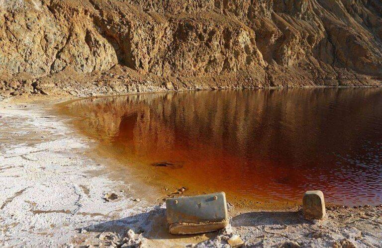 Κορυφώνεται το θρίλερ στην Κύπρο – Ανασύρθηκε η πρώτη βαλίτσα από την «Κόκκινη Λίμνη»