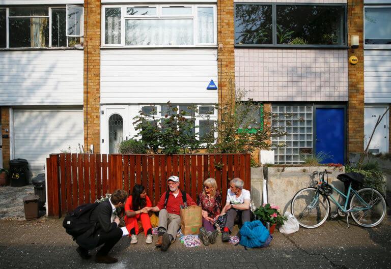 Βρετανία: Ακτιβιστές… κατασκήνωσαν έξω από το σπίτι του Κόρμπιν! [pics]