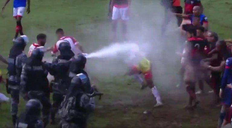 Συμπλοκές παικτών και αστυνομίας στη Βραζιλία! Έριξαν και σπρέι πιπεριού σε ποδοσφαιριστές – video