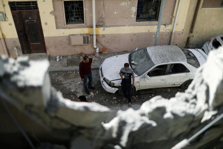 Λιβύη: Προάστιο της Τρίπολης χτυπήθηκε από όλμους – Ένταλμα σύλληψης για Χάφταρ [pics]