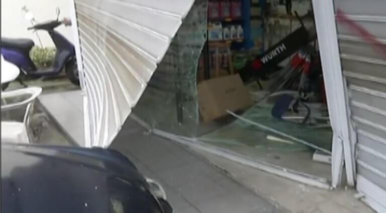 «Μπούκαραν» με αυτοκίνητο σε βενζινάδικο στη Γλυφάδα, πήραν λεφτά και τσιγάρα