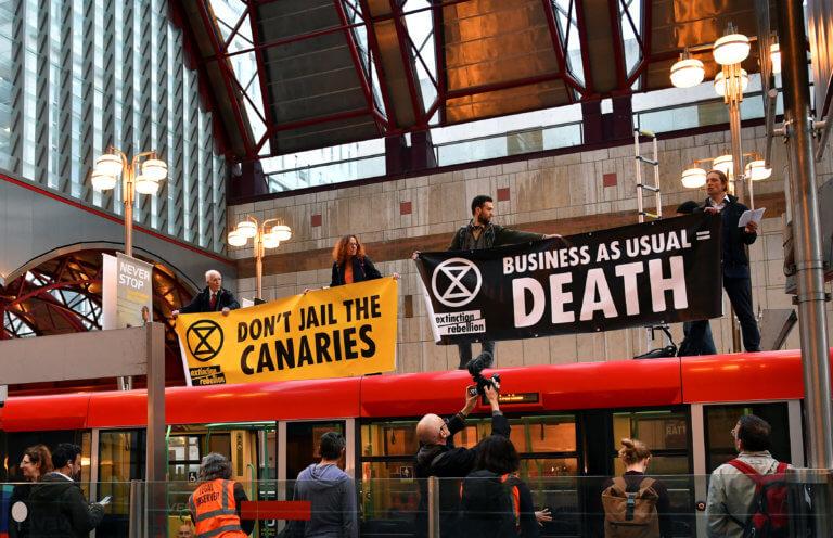 Λονδίνο: Ακτιβιστές απέκλεισαν το Χρηματιστήριο και σκαρφάλωσαν σε οροφή τρένου [pics]