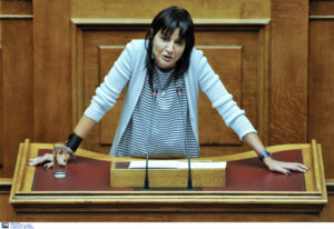 Αντιγόνη Λυμπεράκη: Ορκίστηκε βουλευτής με… αναφορές σε μαύρες τρύπες και Brexit