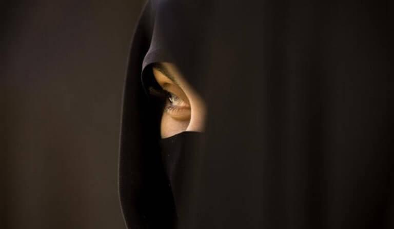 Ιράν: Στην φυλακή για ένα χρόνο γυναίκα που… έβγαλε την μαντίλα δημοσίως