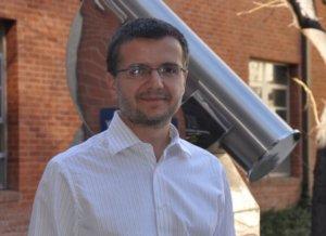 Δ. Ψάλτης: Ο Έλληνας αστροφυσικός πίσω από την πρώτη φωτογραφία της μαύρης τρύπας