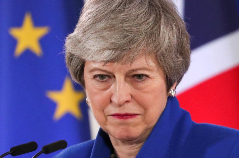 Brexit: Ομάδα βουλευτών απειλούν να ρίξουν τη Μέι