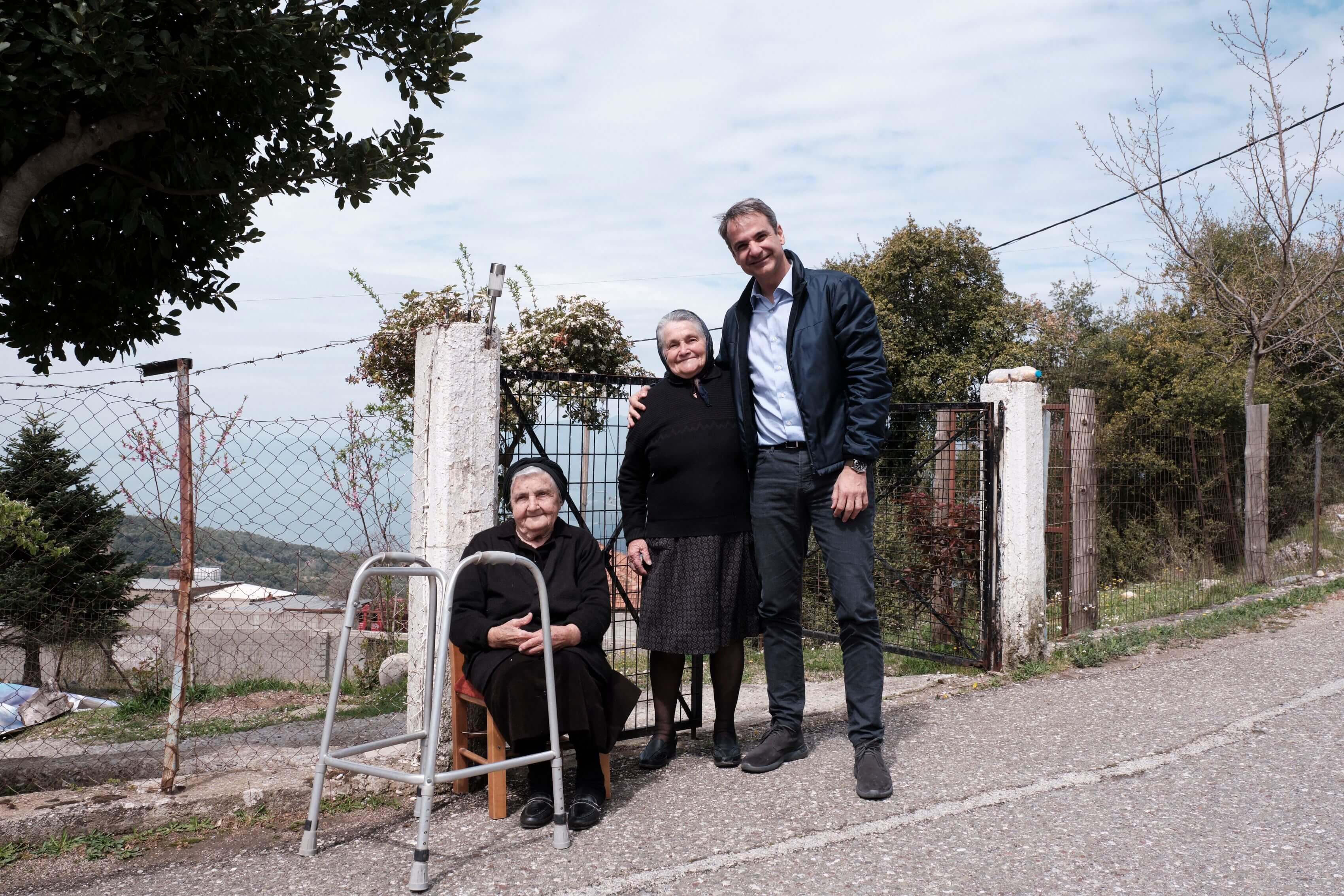 Οι γιαγιάδες που έκλεψαν τις εντυπώσεις στην περιοδεία Μητσοτάκη στην Αιτωλοακαρνανία