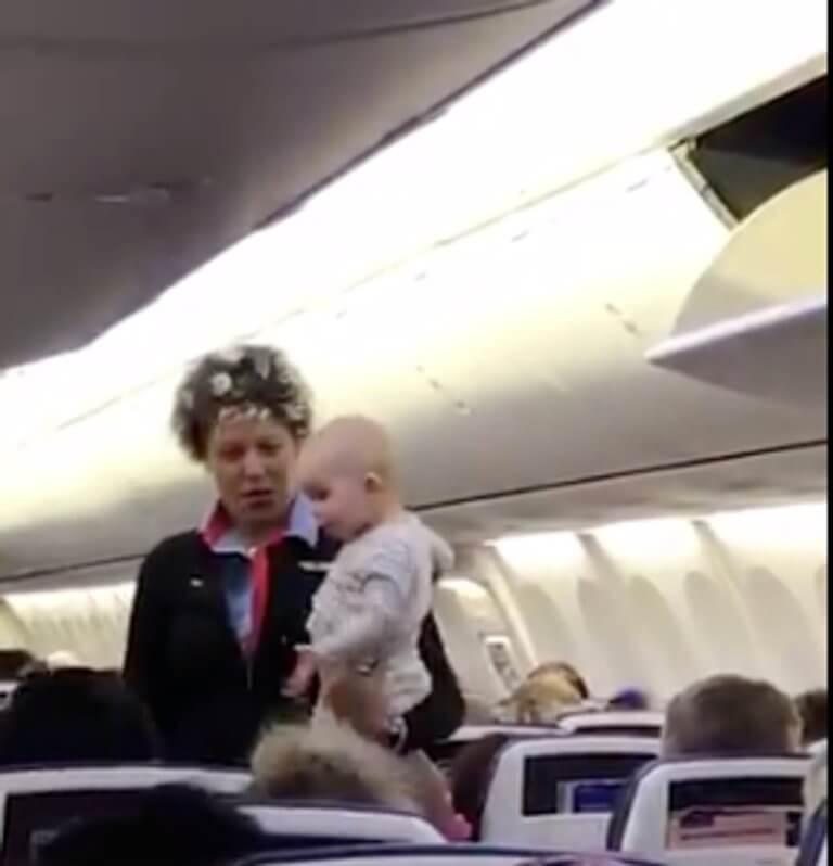 Η κίνηση που έκανε η αεροσυνοδός ηρέμησε το μωρό [video]