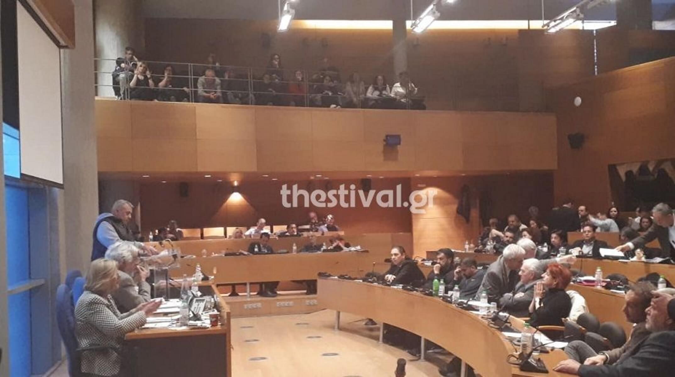 Θεσσαλονίκη: Συγκέντρωση απλήρωτων συμβασιούχων στο δημοτικό συμβούλιο