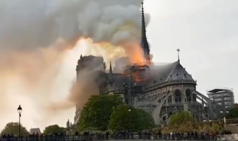Συναγερμός στο Παρίσι – Φλέγεται η Νότρ Ντάμ!