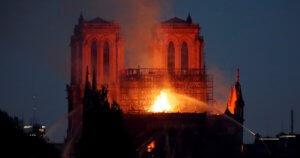 Παναγία των Παρισίων: Εξαπλώνεται στον ιστορικό καθεδρικό ναό η γιγαντιαία πυρκαγιά!