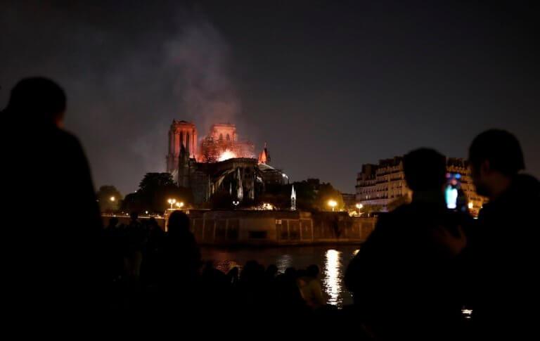 """Παναγία των Παρισίων: Στις φλόγες """"σύμβολο του Χριστιανισμού"""" λέει το Βατικανό – Σοκαρισμένος κι ο ΓΓ του ΟΗΕ!"""