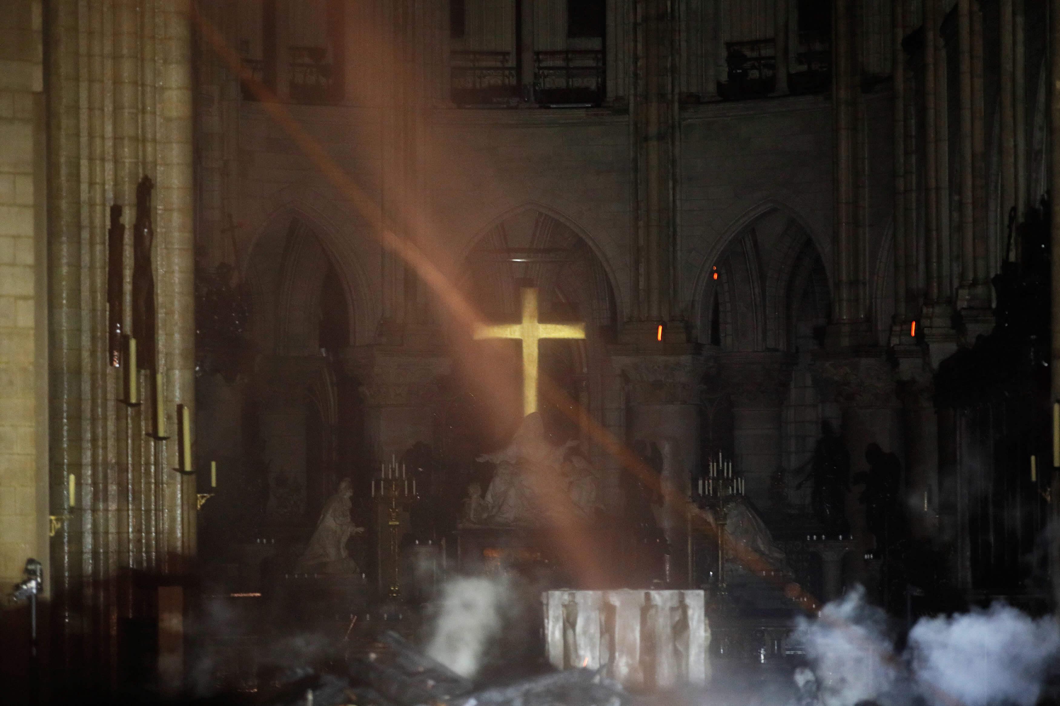 Παναγία των Παρισίων: Εικόνες σοκ μέσα από τον Καθεδρικό – Υπό έλεγχο η φωτιά