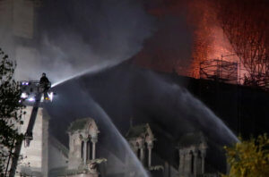 Παναγία των Παρισίων: Μεγαλύτερος εχθρός από τη φωτιά το νερό!