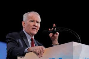Αποσύρεται από την προεδρία του λόμπι NRA ο Όλιβερ Νορθ