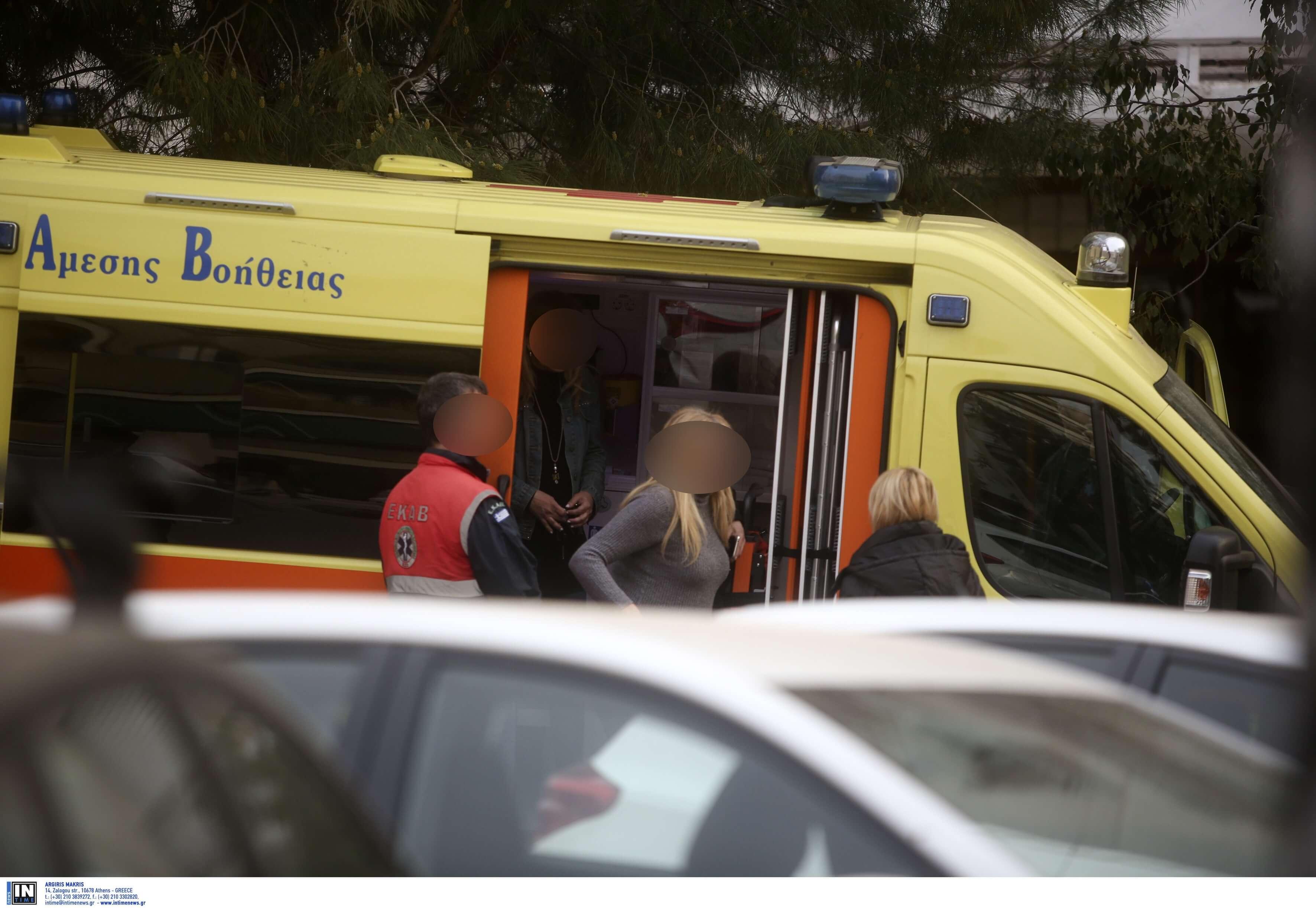 Με επιχείρηση της ΕΚΑΜ έληξε η ομηρία στη Νέα Σμύρνη - Ελαφρά τραυματίας ο πατέρας που κρατούσε όμηρο ο γιος του