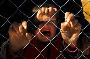 «Καμπανάκι» του Ερυθρού Σταυρού για τα παιδιά των μεταναστών