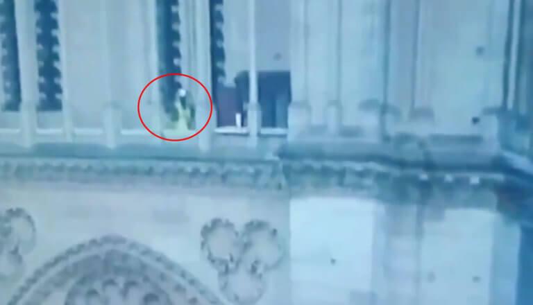 Παναγία των Παρισίων: Το βίντεο την ώρα της φωτιάς που προβληματίζει