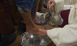 Ο Πάπας Φραγκίσκος έπλυνε τα πόδια κρατουμένων – video