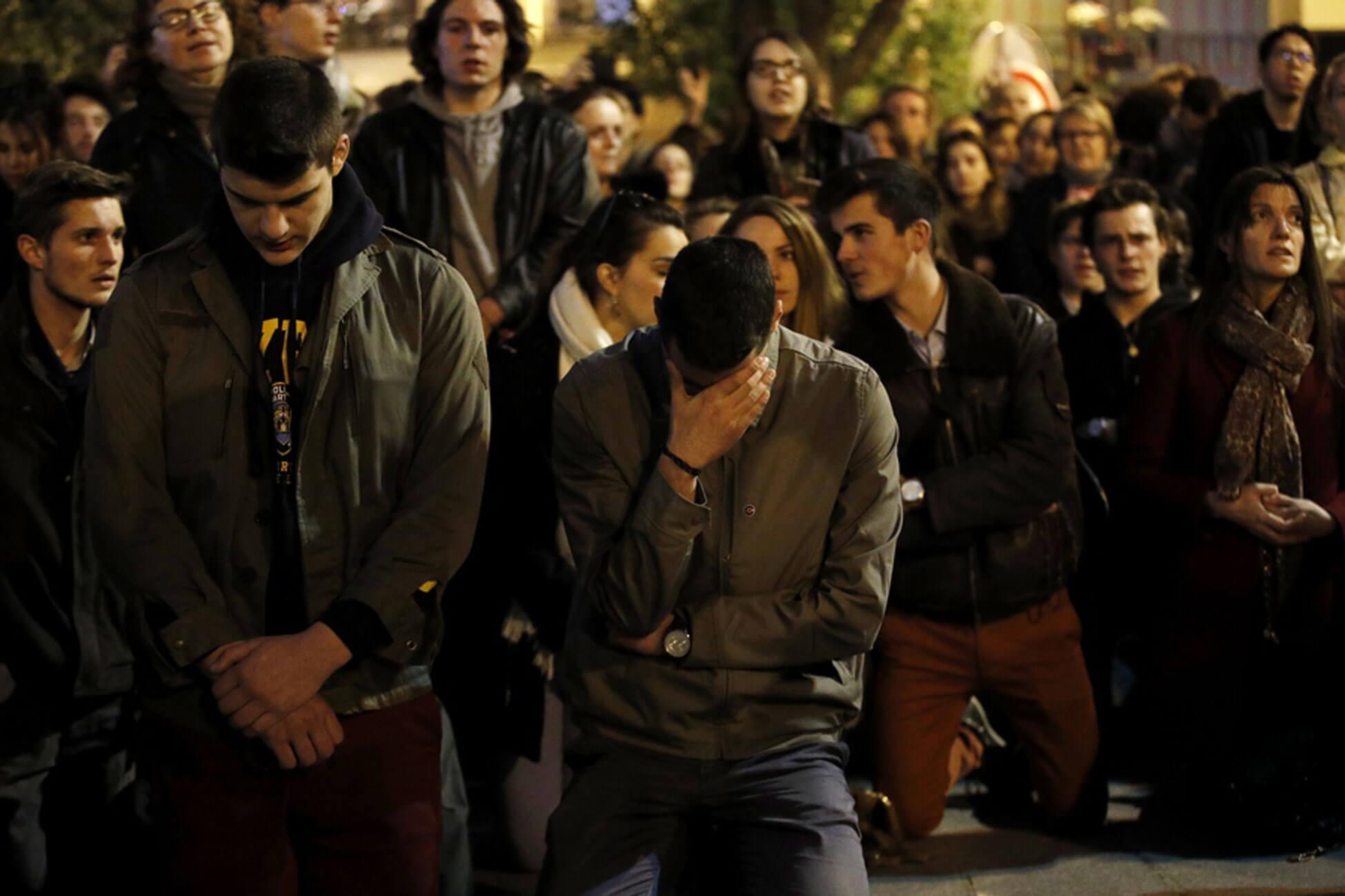 Θεέ μου, τι σου κάναμε; Θρήνος για την Παναγιά των Παρισίων – Συγκεντρωμένοι Γάλλοι και τουρίστες, προσεύχονται για το θαύμα