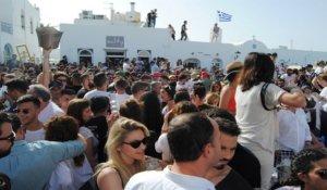 Πάρος: Ανεπανάληπτο γλέντι στη Νάουσα – Βούλιαξε το λιμάνι από ντόπιους και τουρίστες – video