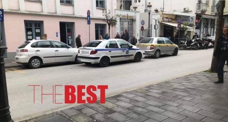 Πάτρα: Θράσος! Αστυνομικός διώχνει τα διπλοπαρκαρισμένα για να… διπλοπαρκάρει! [pic]