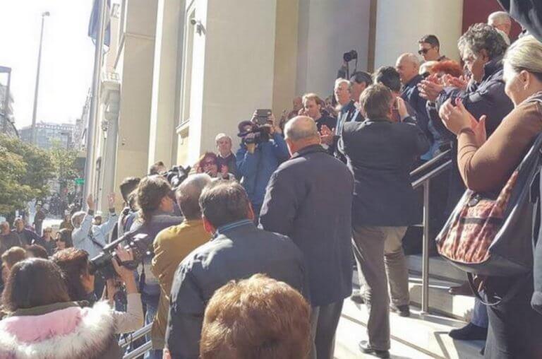 Πάτρα: Αθώος ο δήμαρχος Κώστας Πελετίδης – Αποθέωση μετά τις στιγμές έντασης – video