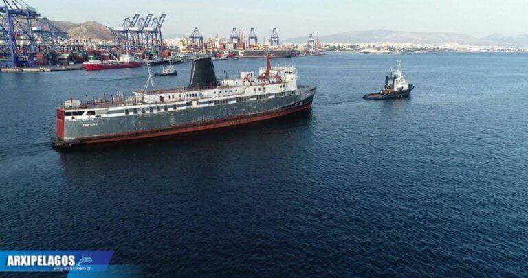 Σύρος: Αυτό είναι το πλοίο «φάντασμα» που ετοιμάζεται να γίνει καινούργιο – Σε εξέλιξη οι εργασίες [pics]