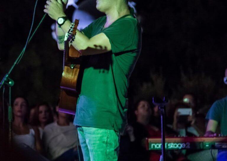 Έλληνας τραγουδιστής αποκαλύπτει: «Λόγω του αλκοόλ έτρεμαν τα χέρια μου. Δεν μπορούσα να υπογράψω αυτόγραφο»