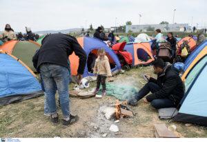 Kurier: Οι πρόσφυγες στην Ελλάδα ζουν μεταξύ σκουπιδιών, αρουραίων και κατσαρίδων
