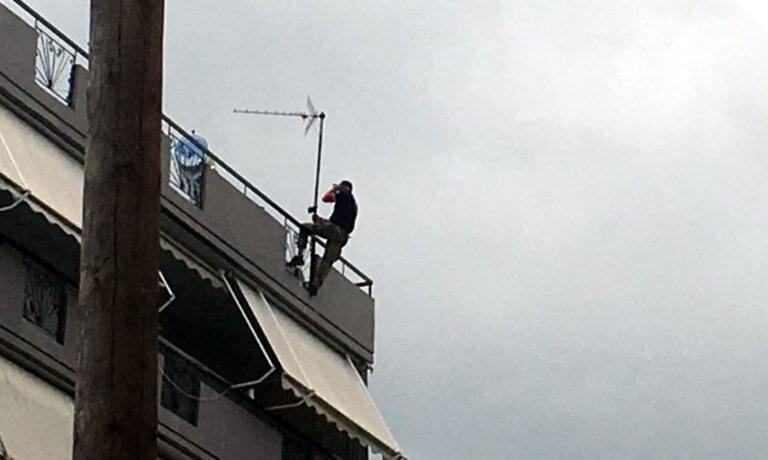 Αγρίνιο: Σκαρφάλωσε στην ταράτσα και απειλεί να αυτοκτονήσει σε αυτή την κατάσταση – Θρίλερ σε πολυκατοικία [pics]