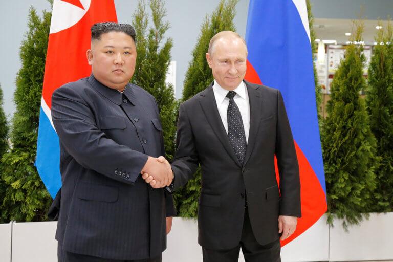 Ο Πούτιν έστησε τον Κιμ – Η ιστορική χειραψία [pics]