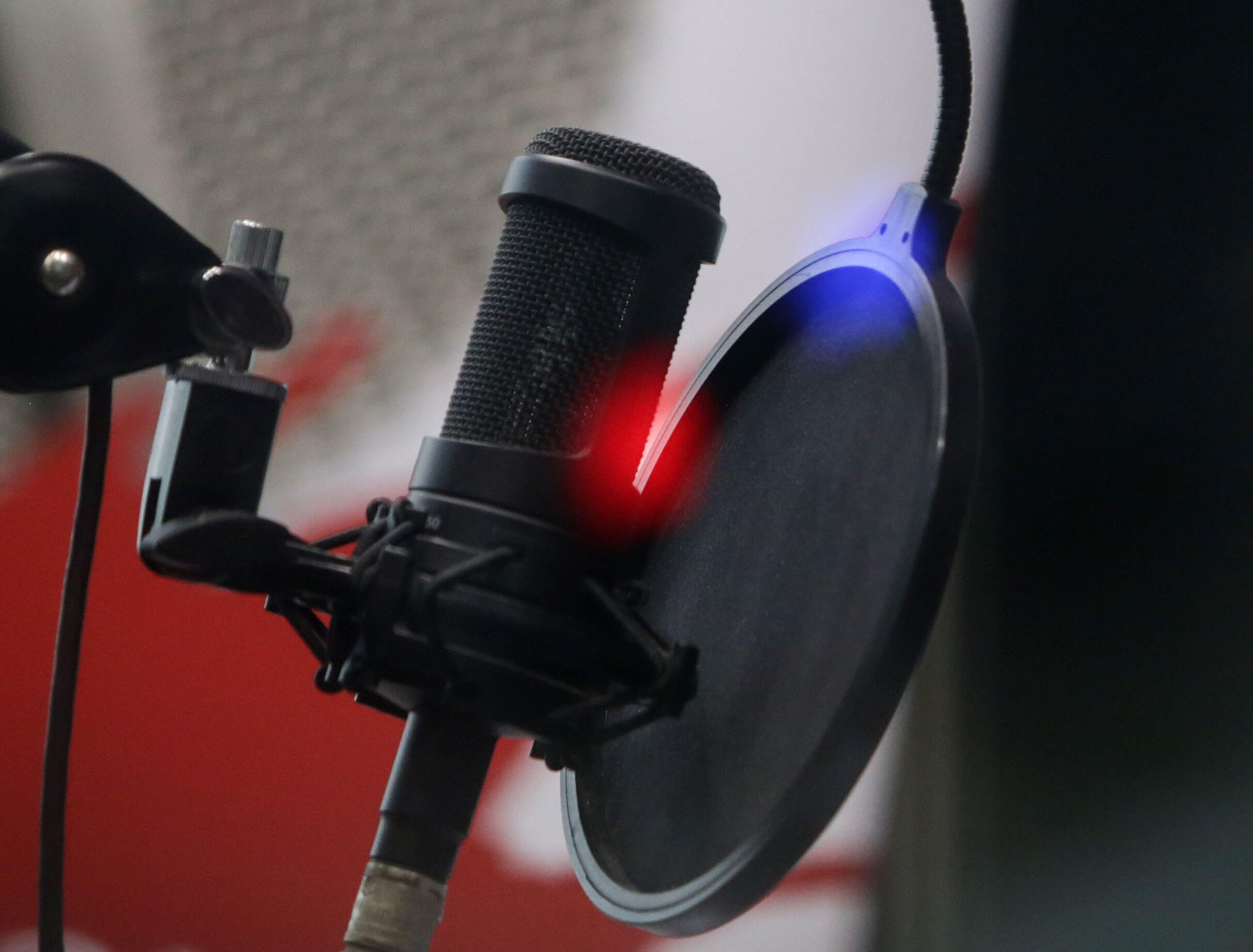 ΗΠΑ: Πέθανε από κορονοϊό γνωστός ραδιοφωνικός παραγωγός – Ήταν αρνητής των εμβολιασμών